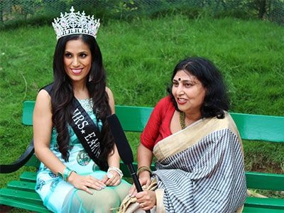 Gown Designer Rashmi Gupta with Mrs Earth winner in a press conference